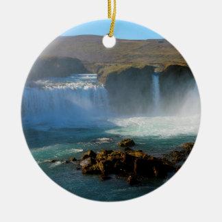 Island-Wasserfall im Sommer Rundes Keramik Ornament