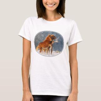 Isländisches Pferdefohlen, das im Schnee, T-Shirt