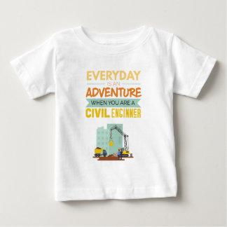 Ist ein lustiger Abenteuer-ziviler Ingenieur Baby T-shirt