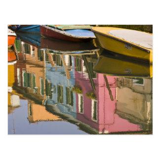 Italien, Burano. Boote auf einem Kanal mit Postkarten