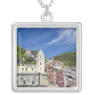 Italien, Cinque Terre, Vernazza, Hafen und Kirche Versilberte Kette