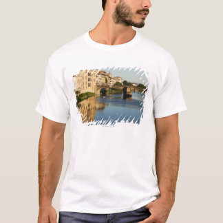 Italien, Florenz, Brücke über dem Arno T-Shirt