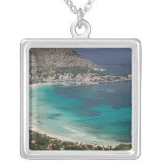 Italien, Sizilien, Mondello, Ansicht des Strandes Versilberte Kette