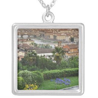 Italien, Toskana, Florenz. Ansicht der Stadt von Versilberte Kette