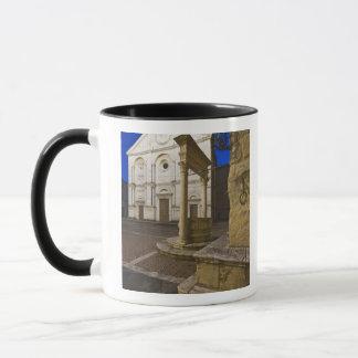 Italien, Toskana, Pienza. Kathedralenfassade und Tasse