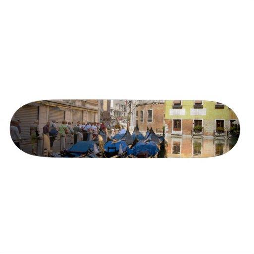 Italien, Venedig, Gondeln machte entlang Kanal Bedrucktes Skateboard