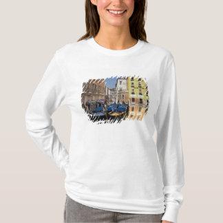 Italien, Venedig, Gondeln machte entlang Kanal T-Shirt