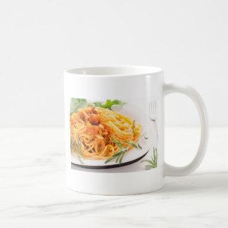 Italienische Spaghettis mit Gemüsesoßenahaufnahme Kaffeetasse