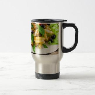 Italienisches Teigwaren rigatoni mit Soße von Reisebecher