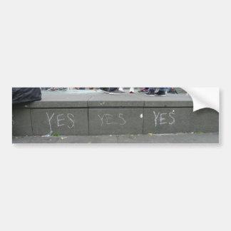 Ja Pro-Unabhängigkeit Kreide-Graffiti in Edinburgh Autoaufkleber