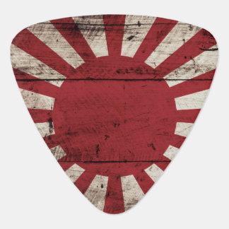 Japan-aufgehende Sonne-Flagge auf altem hölzernem Plektrum