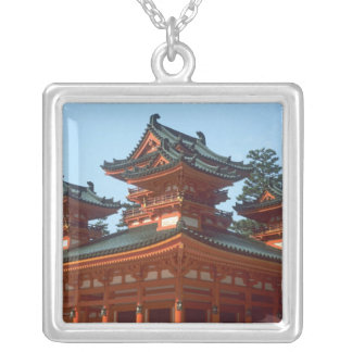 Japan, Kyoto, bunter Heian Jingu Tempel, Versilberte Kette