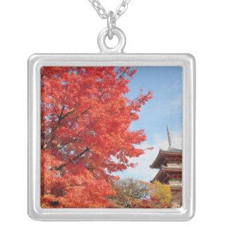 Japan, Kyoto. Kiyomizu Tempel in der Herbstfarbe Versilberte Kette