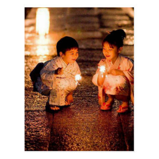Japanische kleine Mädchen, die Kimono tragen Postkarte