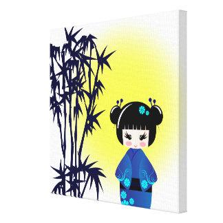 Japanische kokeshi Puppe am Bambus während des Leinwanddruck