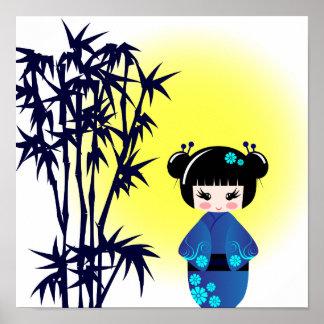 Japanische kokeshi Puppe am Bambus während des Poster