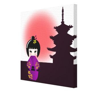 Japanische kokeshi Puppe am Tempel während des Leinwanddruck