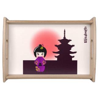 Japanische kokeshi Puppe am Tempel während des Serviertablett