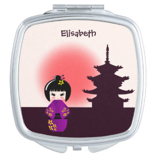 Japanische kokeshi Puppe am Tempel während des Taschenspiegel