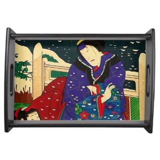 Japanische Kunst - Malerei einer Frau im Schnee Serviertabletts
