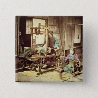 Japanische spinnende Frauen, c.1890 (Hand-farbiges Quadratischer Button 5,1 Cm