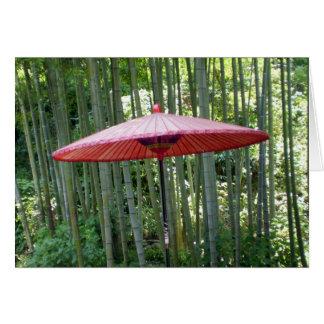 Japanischer Regenschirm unter dem Bambus Karte