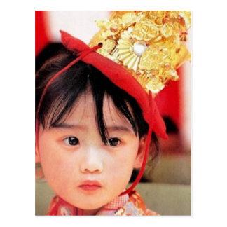 Japanisches kleines Mädchen, das einen Kimono Postkarte