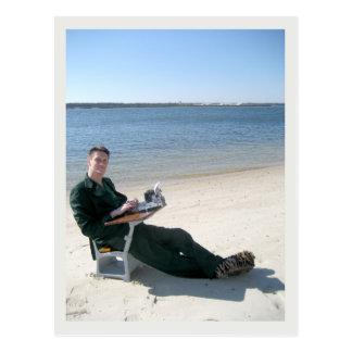 Jarod Kintz in einem Schreibtisch auf dem Strand Postkarte