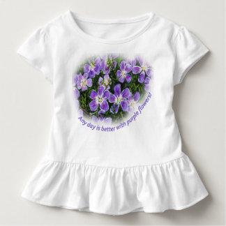 """""""Jeder möglicher Tag ist mit lila Blumen"""" Kleinkind T-shirt"""