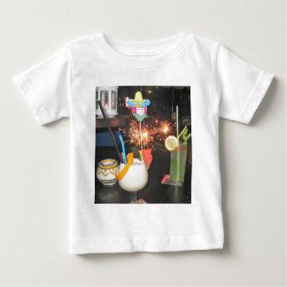 Jedermann für ein Cocktail Baby T-shirt