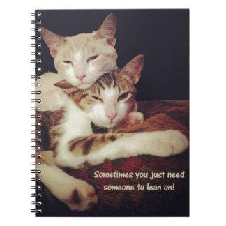 Jemand, zum sich auf Miezekatze-Katzen zu lehnen Spiral Notizblock