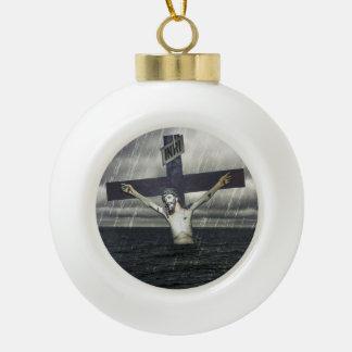Jesus auf dem Kreuz in dem Meer Keramik Kugel-Ornament