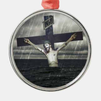 Jesus auf dem Kreuz in dem Meer Silbernes Ornament