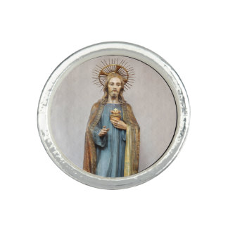 Jesus, der goldenes heiliges Herz hält Ring