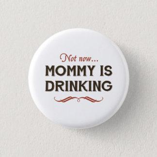 Jetzt jetzt, trinkt Mama Runder Button 3,2 Cm