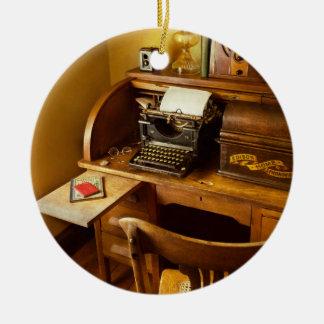 Job - Schreibkraft - eine Person mit vielen Keramik Ornament