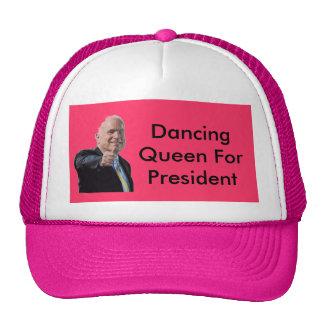 John McCain, der Königinhut tanzt Kappe