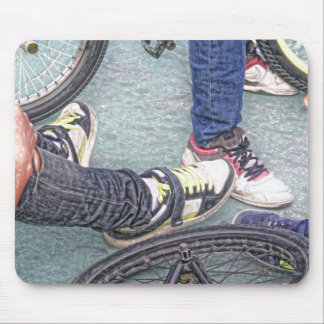 Jugendliche und Fahrräder Mousepad