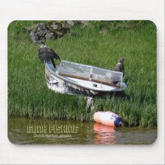 Jugendliche Weißkopfseeadler auf einem Skiff Mauspad