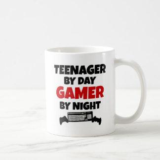 Jugendlicher durch TagesGamer bis zum Nacht Tasse