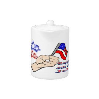 Juli 4. - Hand, die Flaggen-Teekanne hält