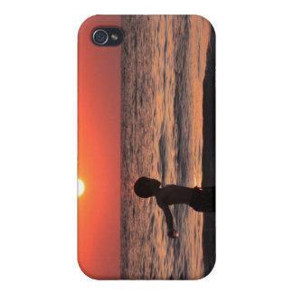 Junge am Ozean-Sonnenuntergang-Himmel iPhone 4 Etui