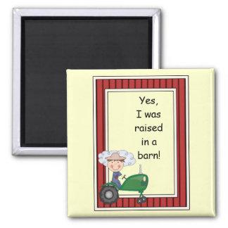 Junge auf grünem Traktor - HofBarnyard - Kinder Quadratischer Magnet