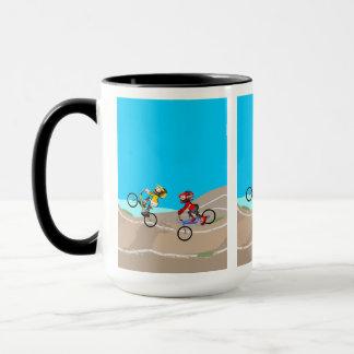 JUNGE BMX in seinem Fahrrad konkurriert in der Tasse