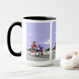 JUNGE BMX in seinen Fahrrädern konkurriert Tasse