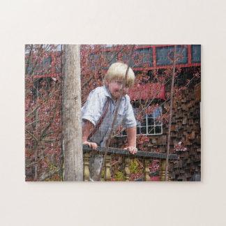Junge, der auf Geländer-Puzzlespiel sich lehnt Puzzle