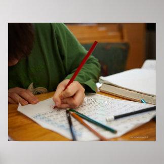 Junge, der auf Mathe-Hausaufgaben sich konzentrier Poster