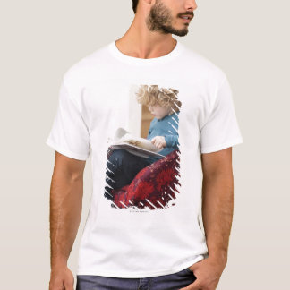 Junge, der ein Buch liest T-Shirt