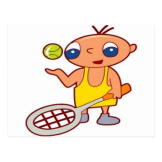 Junge der ein Tennis racke hält Postkarten