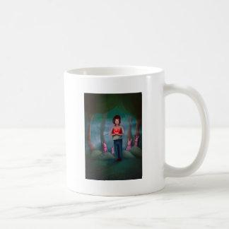 Junge, der sein großes Herz hält Kaffeetasse